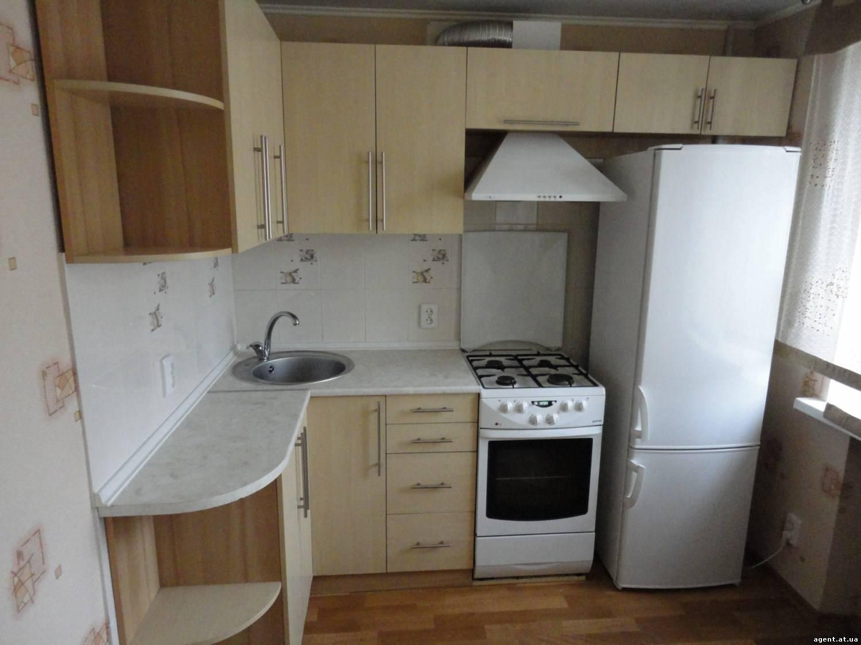 Дизайн маленькой угловой кухни с холодильником